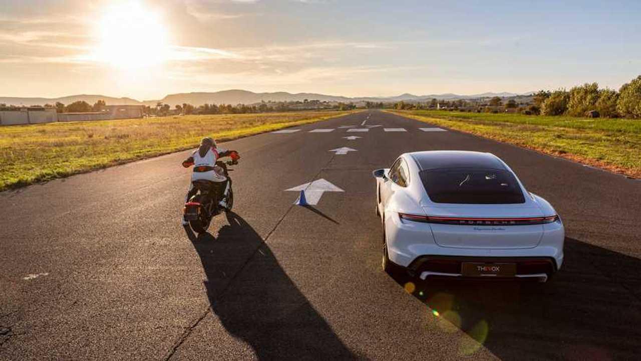 ThEVox: la drag race tra la Porsche taycan e la HD LiveWire