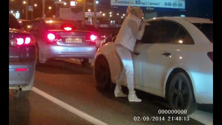 Vídeo: mulher revoltada espanca motorista em pleno trânsito na Rússia