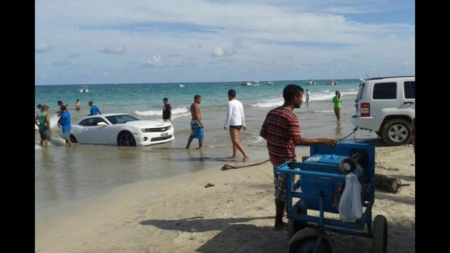 """Camaro """"tira onda"""" em praia do RN e é levado pela maré - vídeo"""