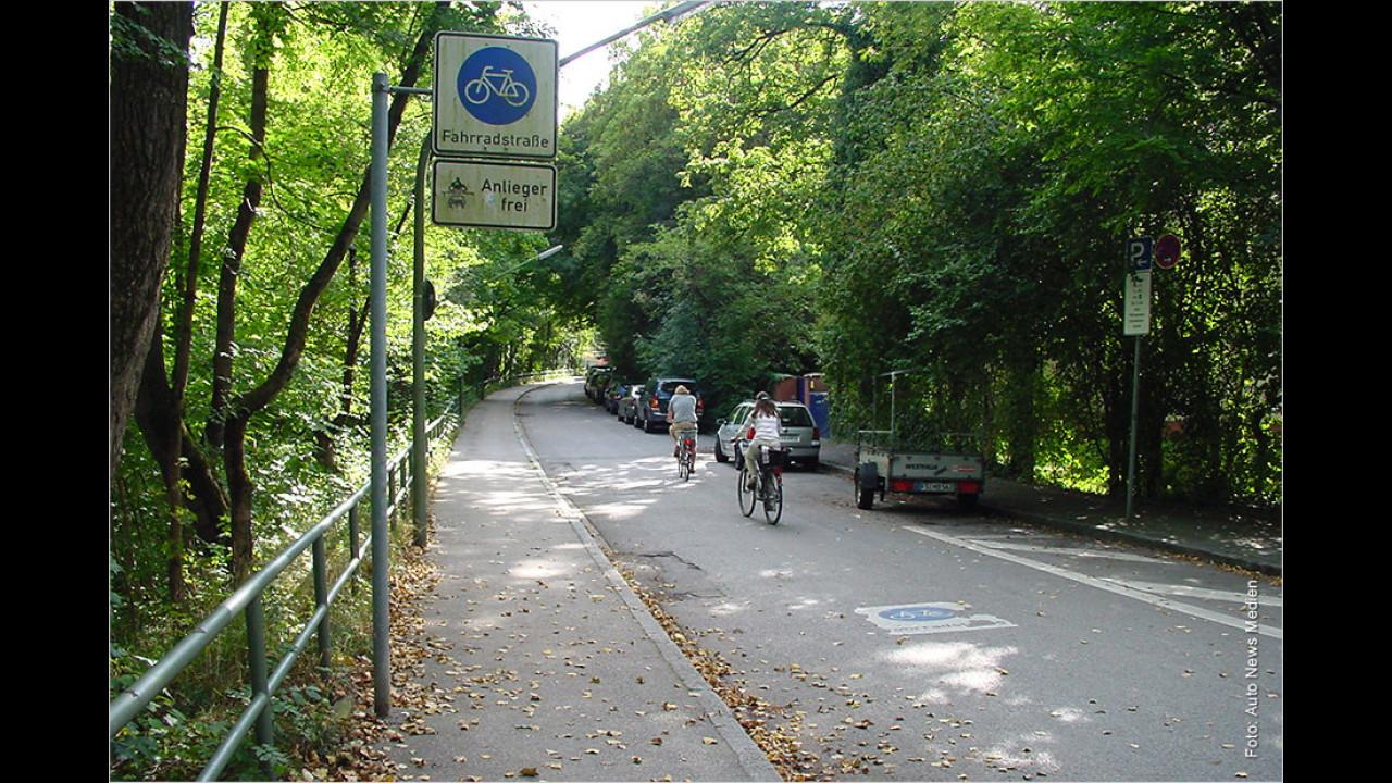Fahrradstraße/Autos frei: Dürfen Radler nebeneinander fahren und so die Straße für Autofahrer blockieren?