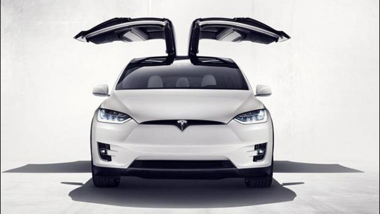 """[Copertina] - La Tesla Model X entra nel club delle porte """"ad ala di gabbiano"""""""