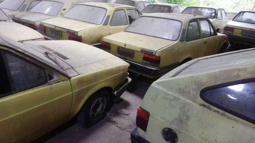 Des vieux taxis abandonnés découverts dans un hangar au Brésil