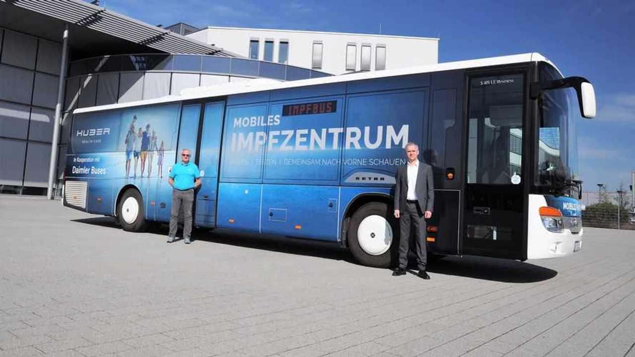 Il bus Setra adibito a centro vaccini - esterni
