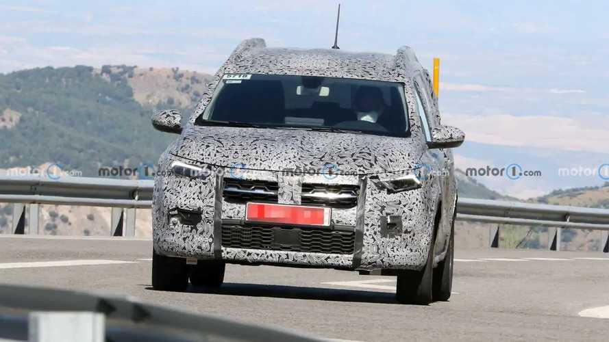 Dacia Siebensitzer (2022) auf neuen Erlkönigfotos