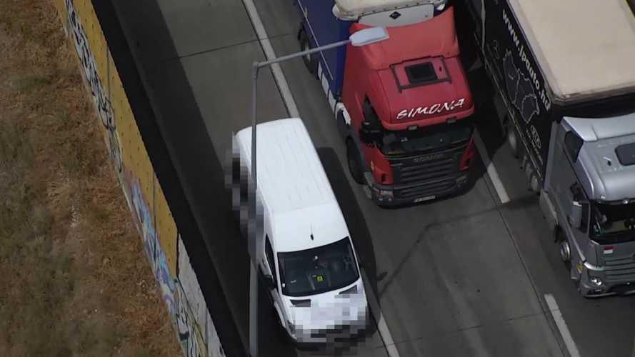 Leállósávban előzték a dugóban álló autósokat, a rendőrök lecsaptak a furfangos sofőrökre