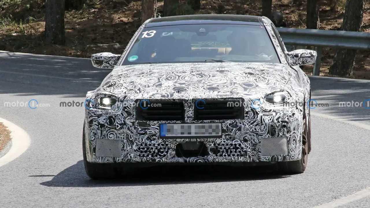 Yeni BMW M2'ye ait kamuflajlı bir prototip.