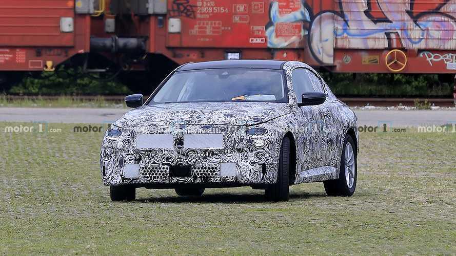 BMW 2 Serisi Coupe, güncellenmiş tasarımını gizlemeye devam ediyor