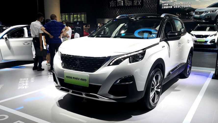 Versão 'esticada' do 3008, Peugeot 4008 híbrido de 302 cv chega ao mercado