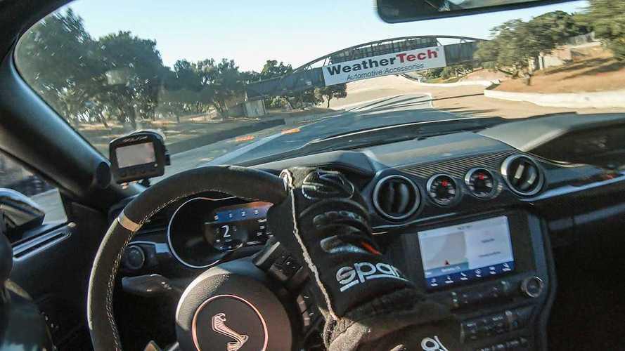 Kevés szórakoztatóbb dolog van annál, ahogy a Ford Mustang Shelby GT500 Laguna Secában köröz