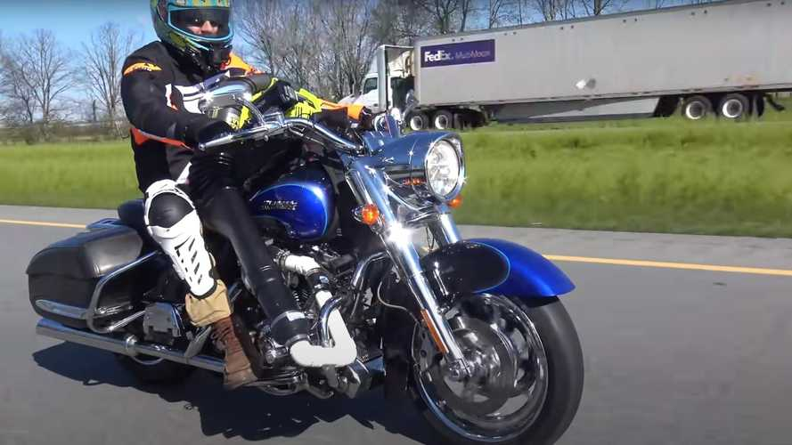 Booster sa Harley-Davidson avec un souffleur de feuilles ?