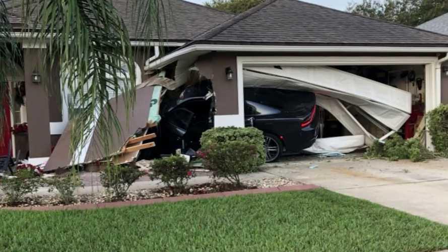 """Videó: Frissen zsákmányolt Dodge Chargerrel """"kopogtatott"""" egy garázsajtón egy floridai tolvaj"""