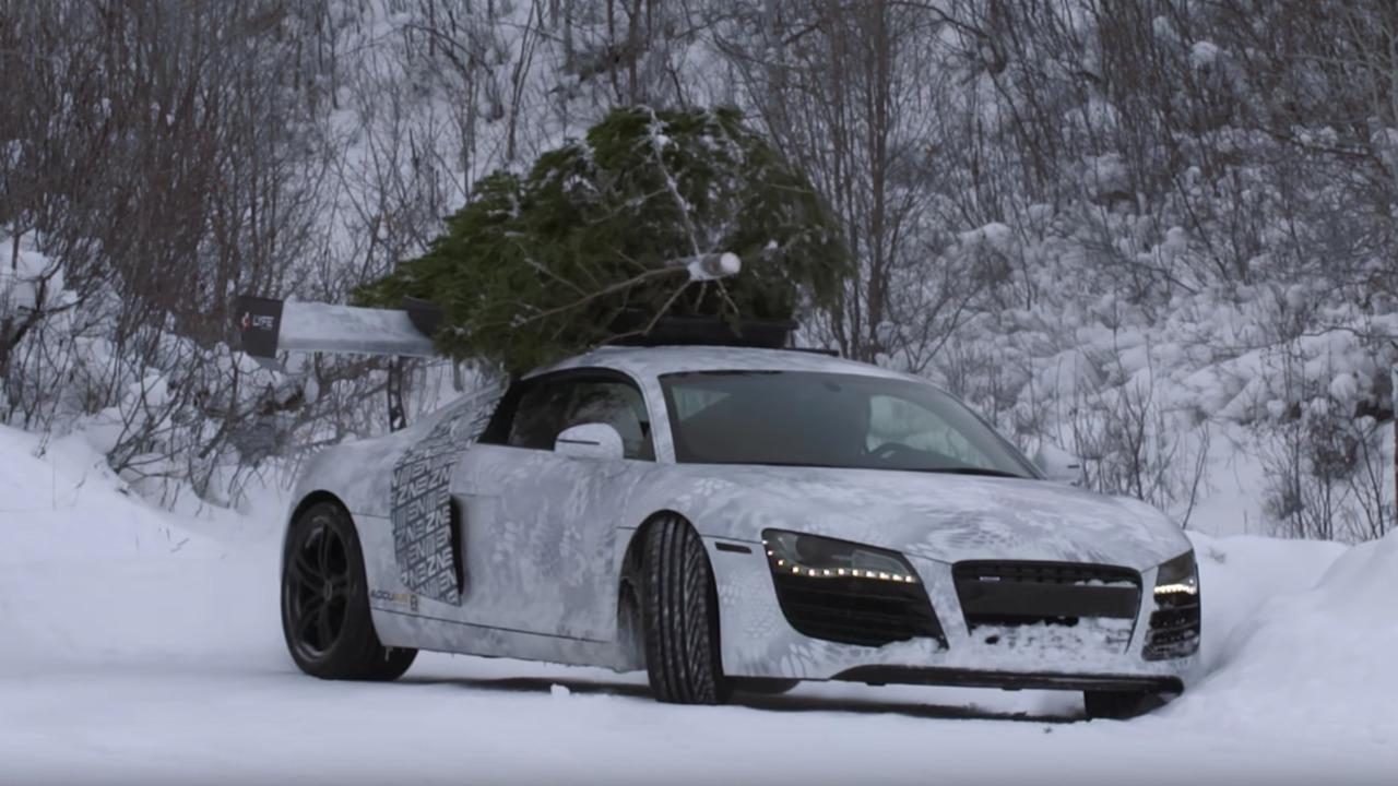 Yılbaşı ağacı taşıyan bir Audi R8
