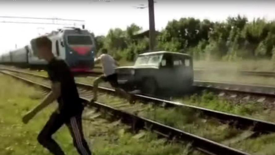 """SUV """"atola"""" em linha de trem na Rússia e vira paçoca"""