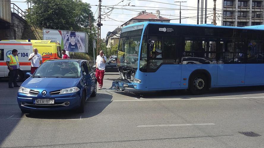 Tízen megsérültek, amikor busz és személyautó ütközött Budapesten