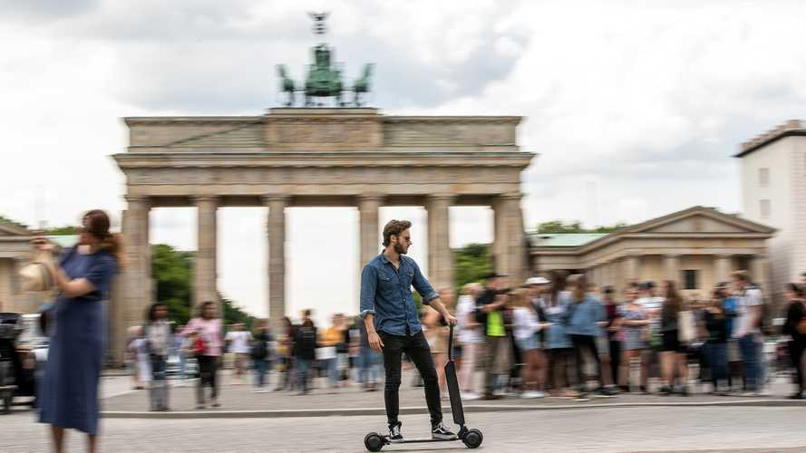 Audi e-tron Scooter ist halb E-Roller, halb Skateboard