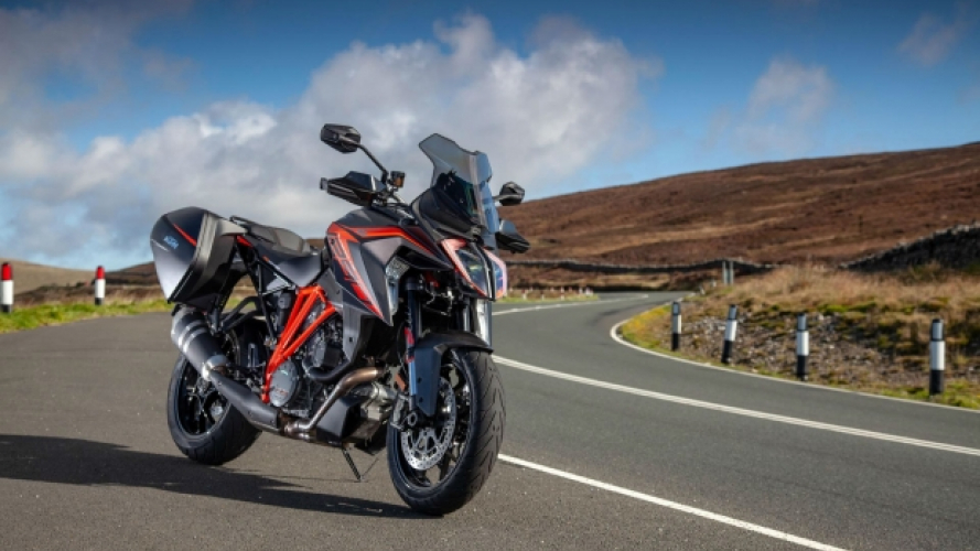 KTM 1290 Super Duke GT sulle strade del TT [VIDEO]