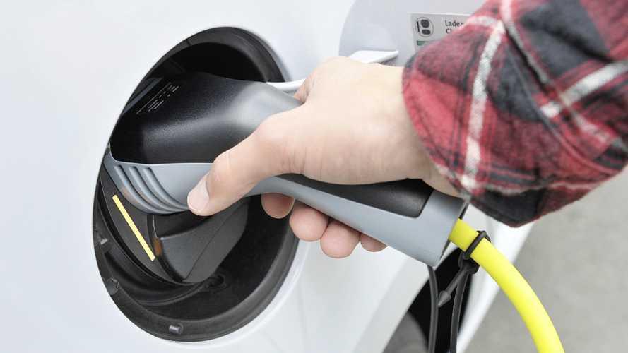 Auto ibride, diesel, benzina e a gas vietate in Francia dal 2040