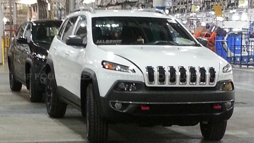 Novo Jeep Cherokee 2014 é flagrado totalmente sem disfarces - SUV estreia em abril no Salão Nova York