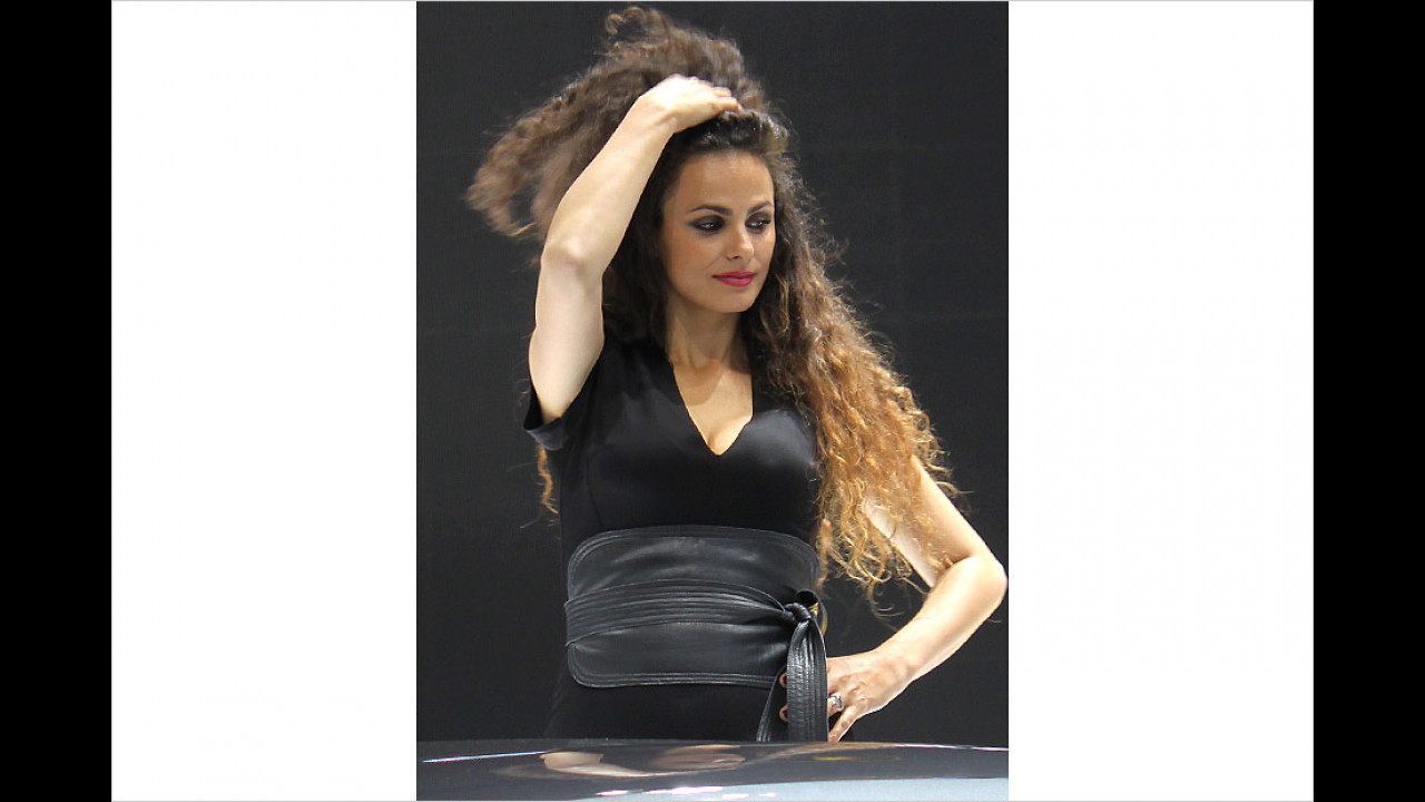 Worüber rauft sich diese Dame das Haar?