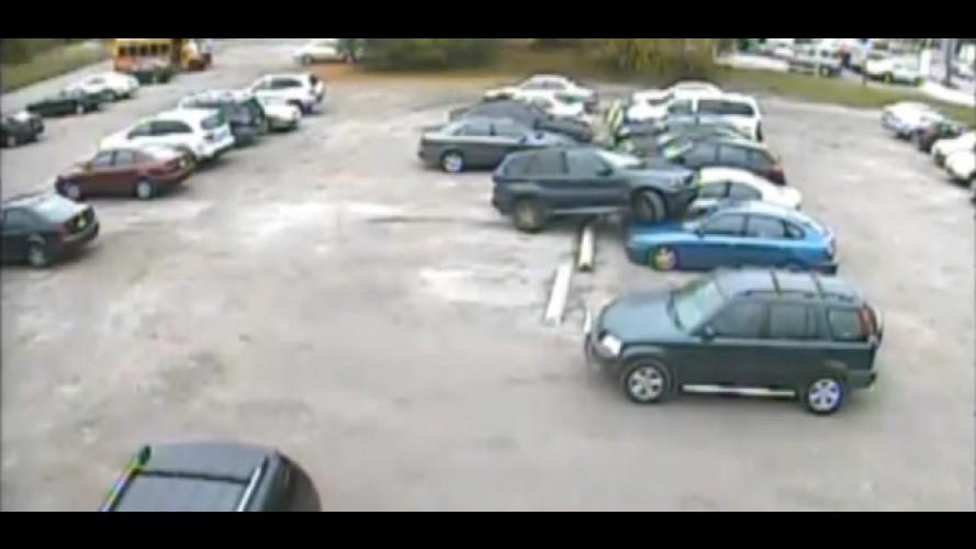 """VÍDEO: Pilantra """"atropela"""" dois carros ao tentar estacionar seu utilitário e depois foge"""