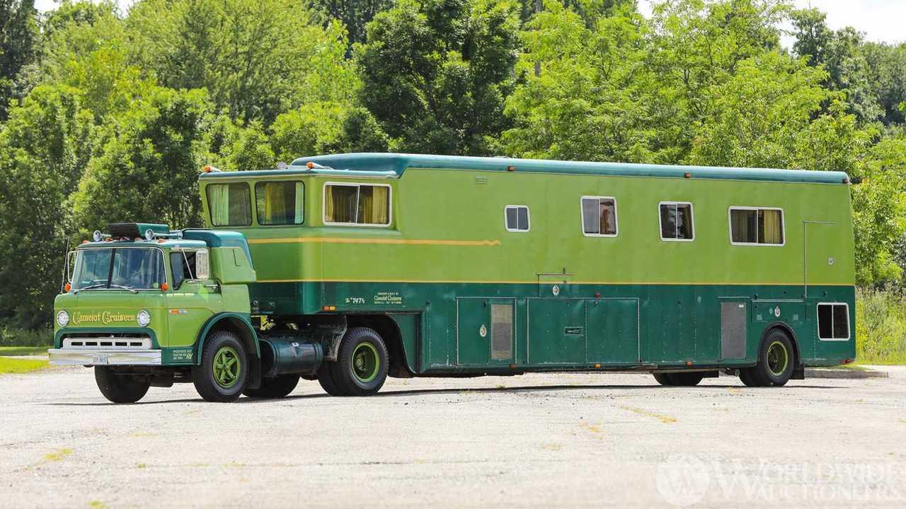 Ford C750 1974 'Camelot Cruiser' Trailer Coach untuk dijual (eksterior).