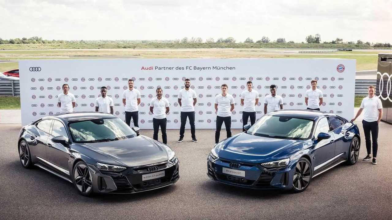 Spieler und Trainer des FC Bayern München am Audi e-tron GT