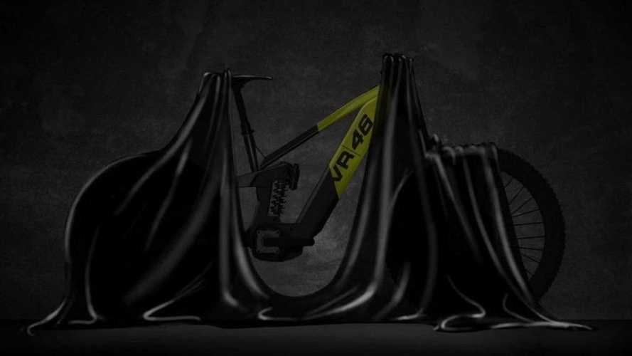 Valentino Rossi estrena su nueva mtb eléctrica, la VR46 e-bike