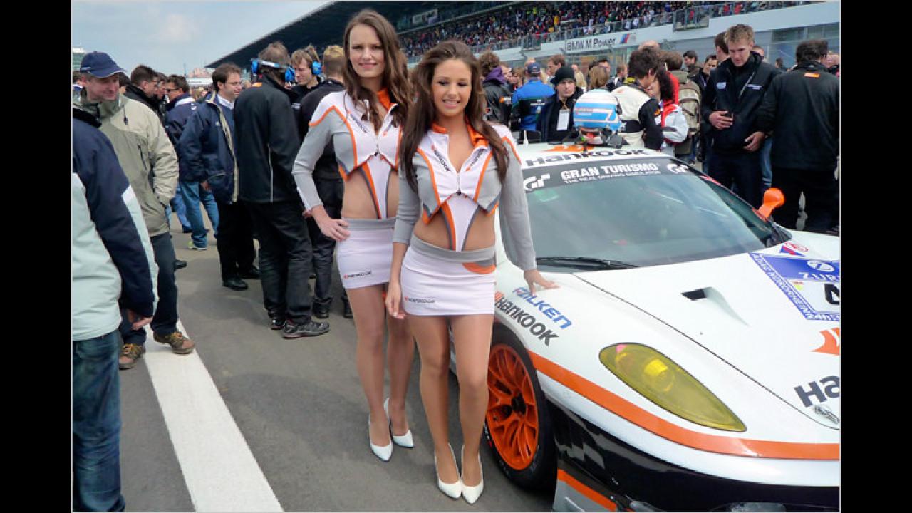 Zwei heiße Girls vorm Ferrari F430 GTC, welcher später den zweiten Platz belegte