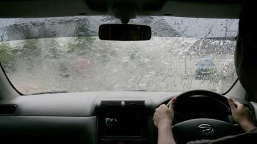 Begini Dampak Abaikan Cairan Wiper Saat Musim Hujan