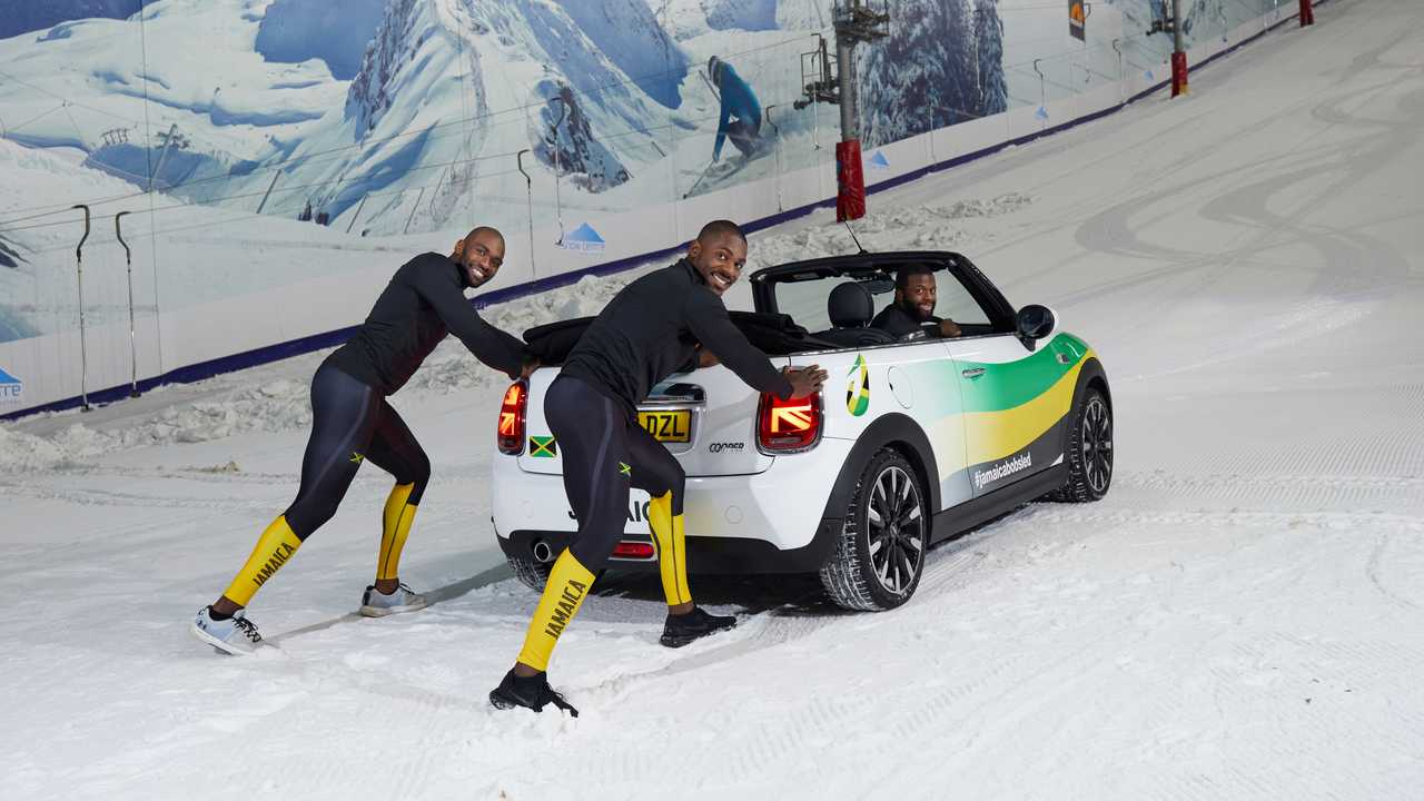 Jamaikas Bobteam trainiert mit einem Mini Cabriolet