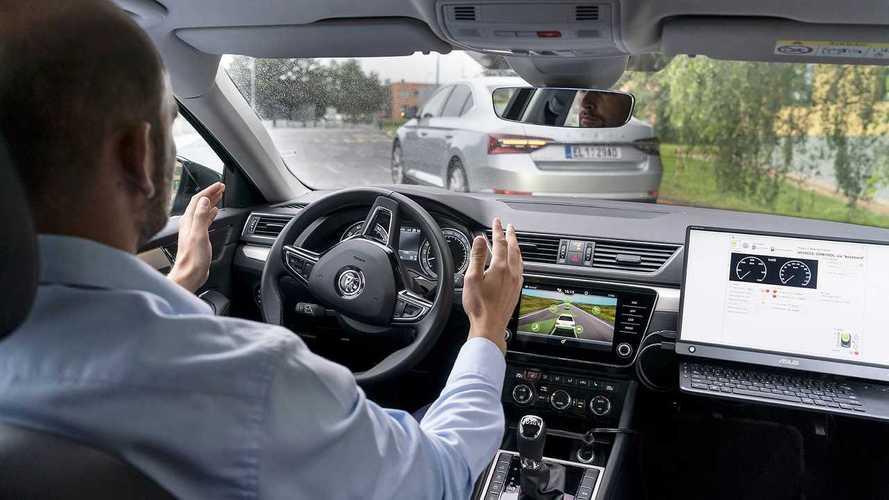 Skoda studia la guida autonoma delle auto in fila indiana