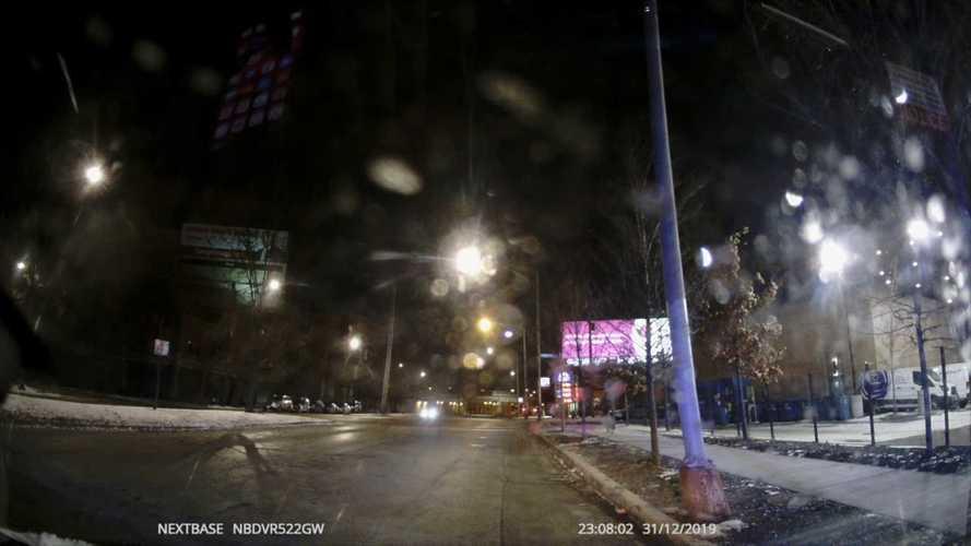 Videó: Áthajt a rendőr a piroson, majd rá akarja kenni egy másik autósra