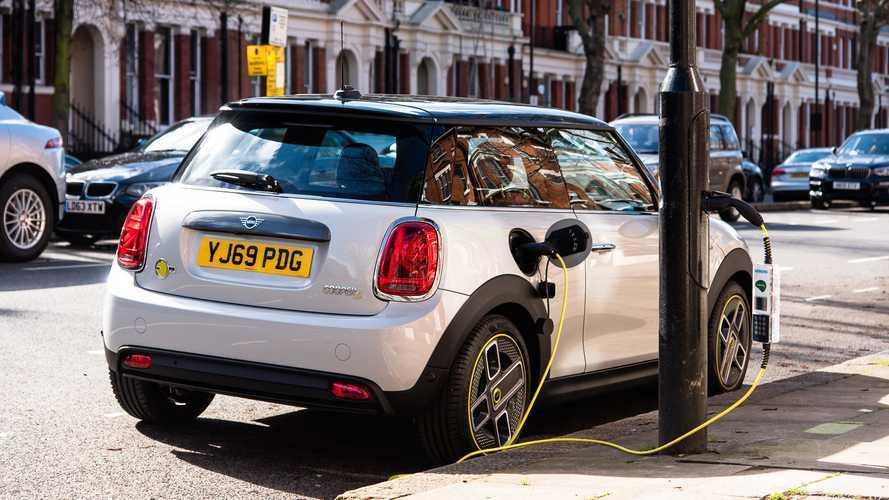 Auto elettriche, Londra si ricarica dai lampioni: i dettagli del piano