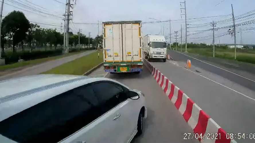 Videó: Kamionok között próbált tolakodni egy autós, rossz vége lett