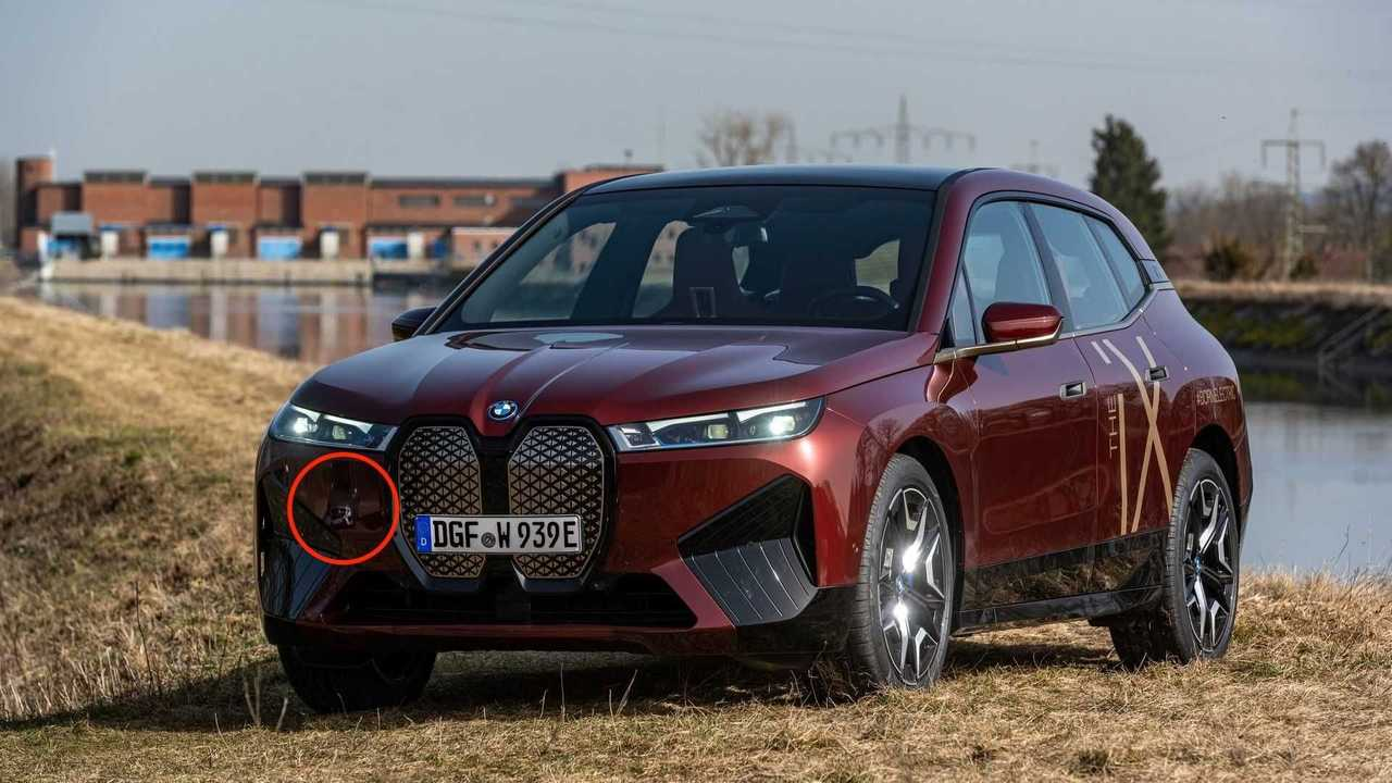 BMW iX fotoğraf çekiminde Mercedes yansıması