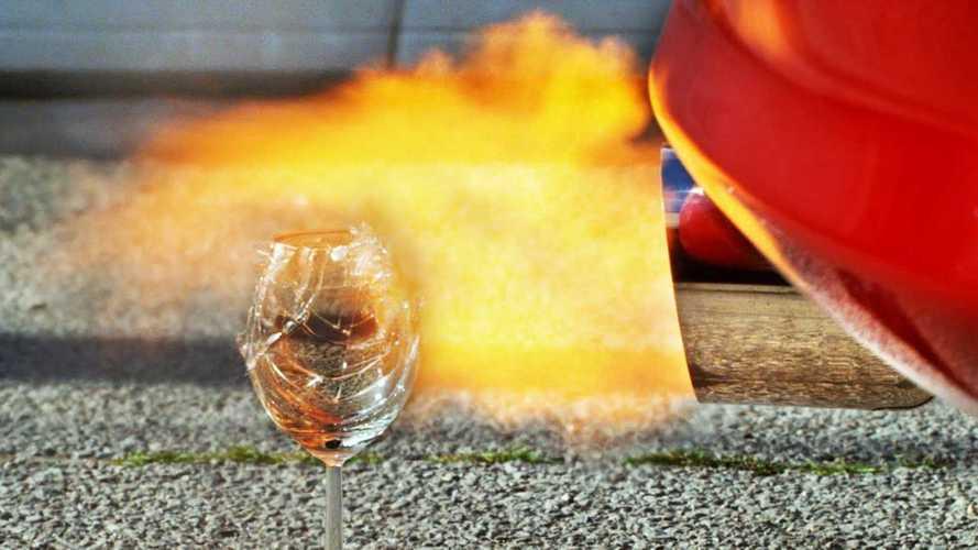 Эксперимент: что будет, если поднести стакан к выхлопу автомобиля