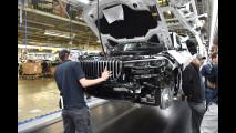 BMW X7, i modelli di pre-serie su strada e in fabbrica