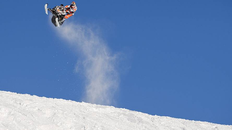 Video: the longest snowmobile jump ever