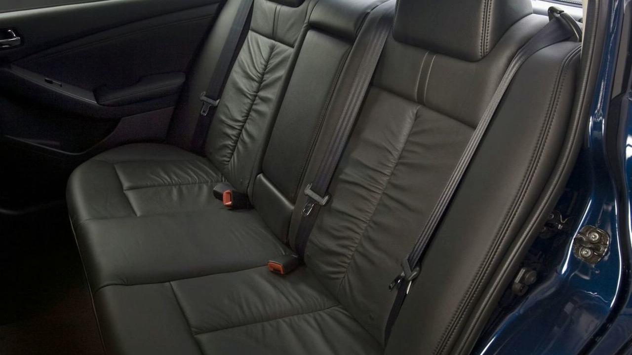 Nissan Altima: Shoulder belt guide (Coupe)