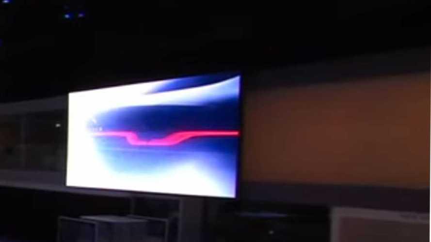 На премьере Defender показали тизер нового Jaguar XJ