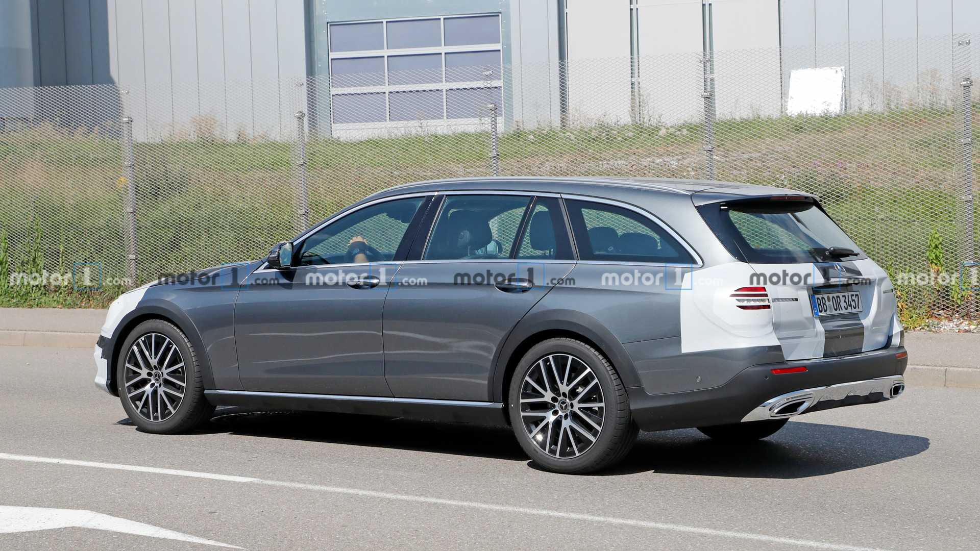 2020 - [Mercedes-Benz] Classe E restylée  - Page 3 Mercedes-e-class-all-terrain-facelift-spy-photo