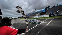 Rubens Barrichello recebe bandeira quadriculada em Buenos Aires