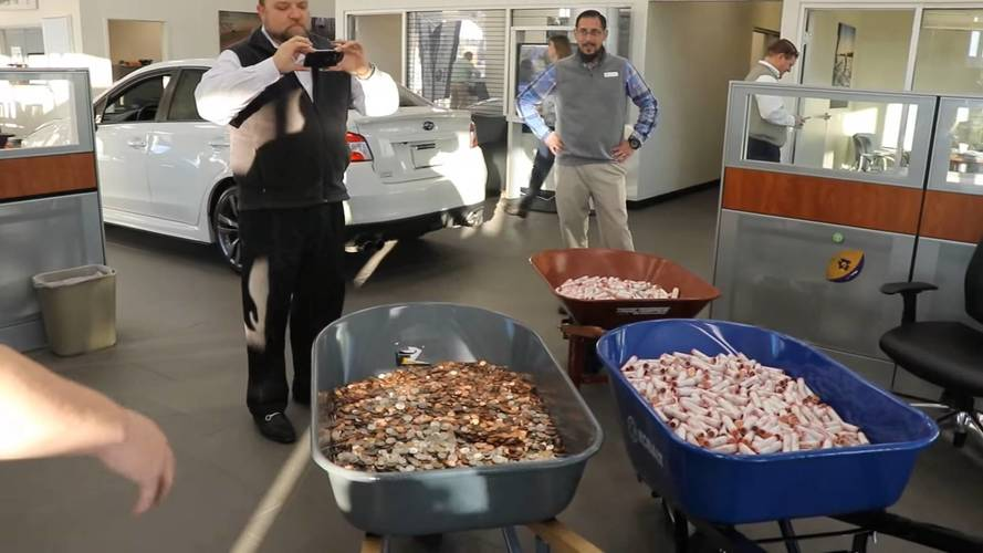 12 ezer dollárnyi egycentessel vásároltak autót egy Subaru kereskedésben
