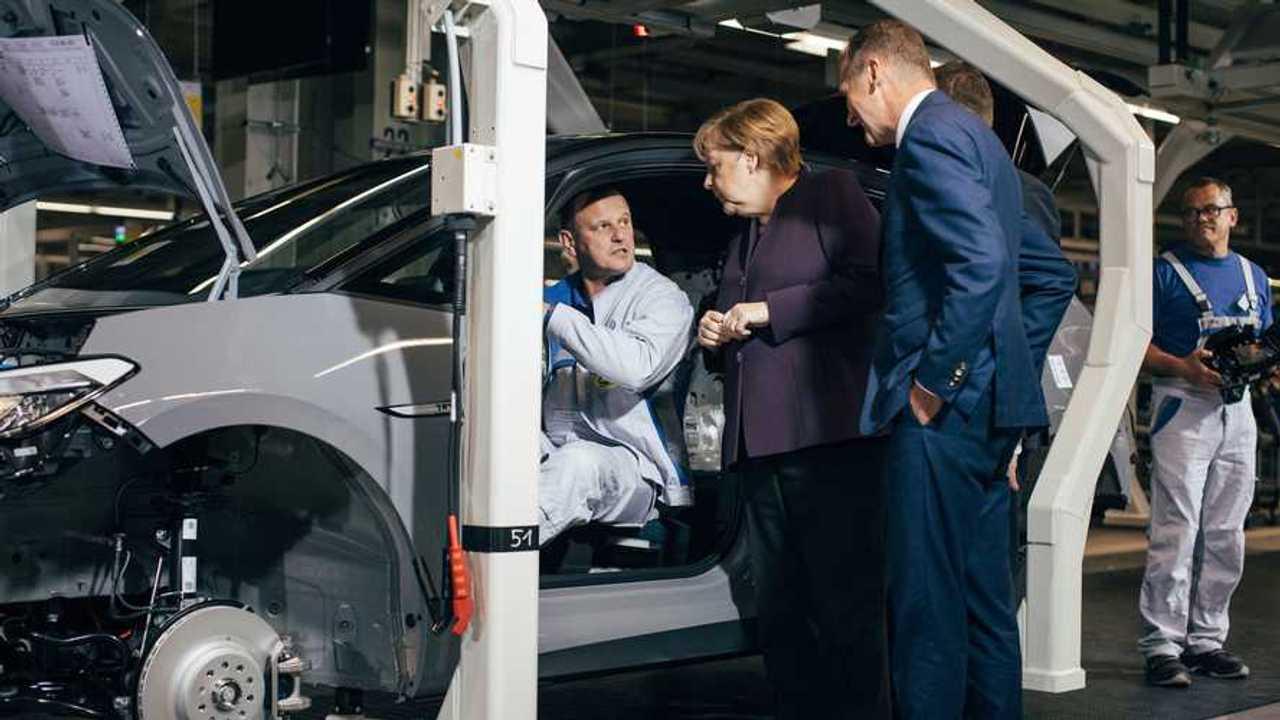 Merkel in visita allo stabilimento Volkswagen di Zwickau