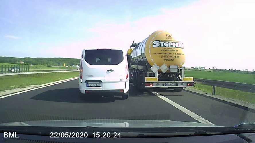Nagyot sprintelt az autópályára guruló Opelje után egy lengyel sofőr