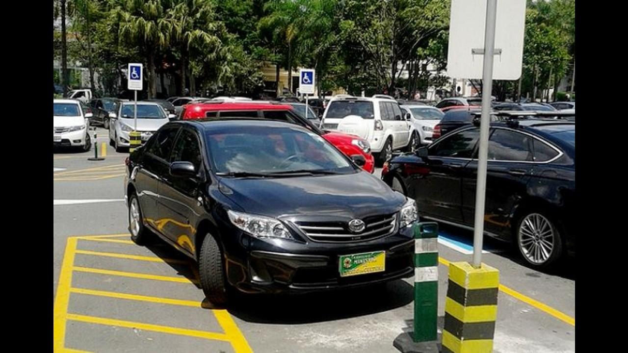 Carro oficial do Ministério da Cultura é flagrado em vaga reservada de shopping