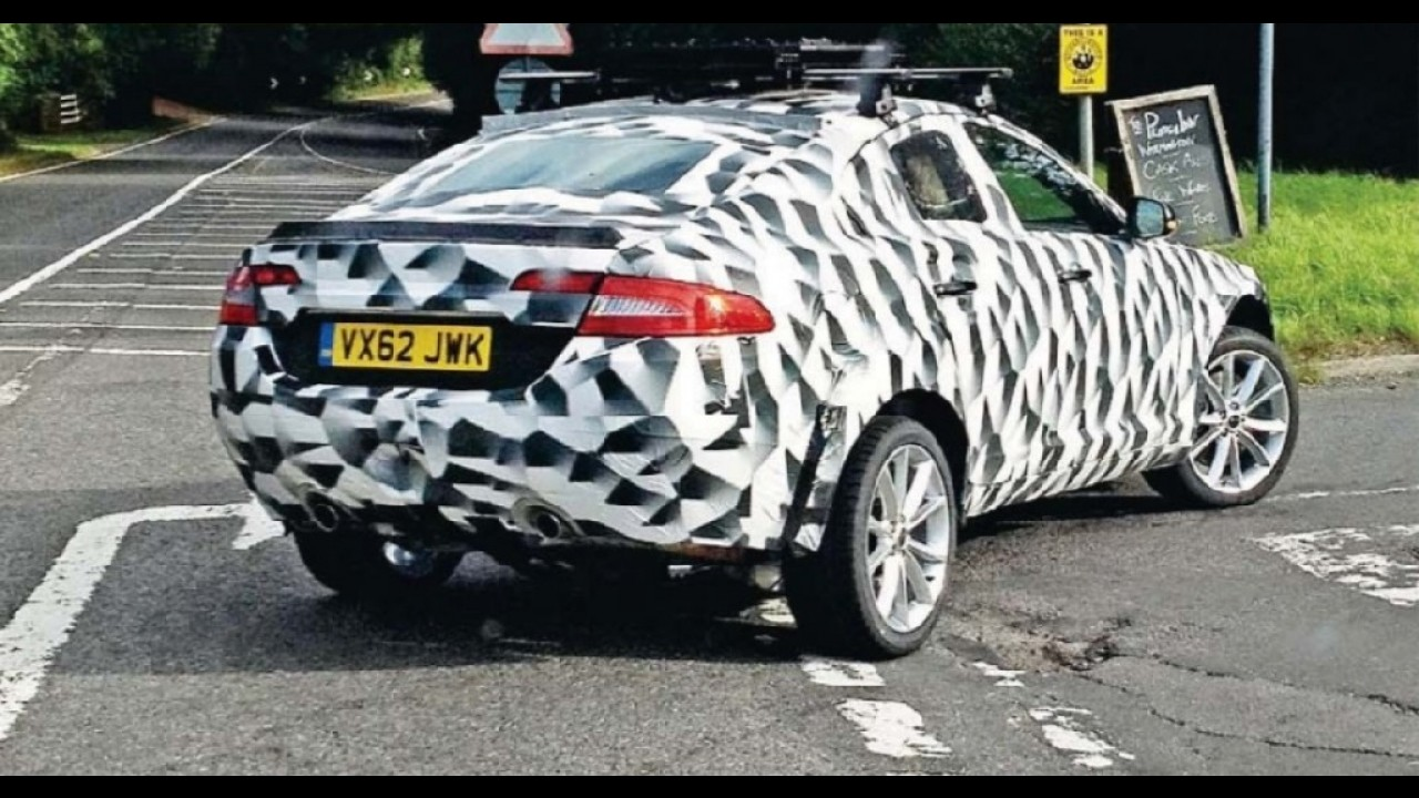 Protótipo do crossover da Jaguar é flagrado durante testes