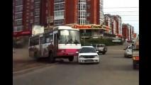 Vídeo: ônibus desgovernado atropela carros... na Rússia