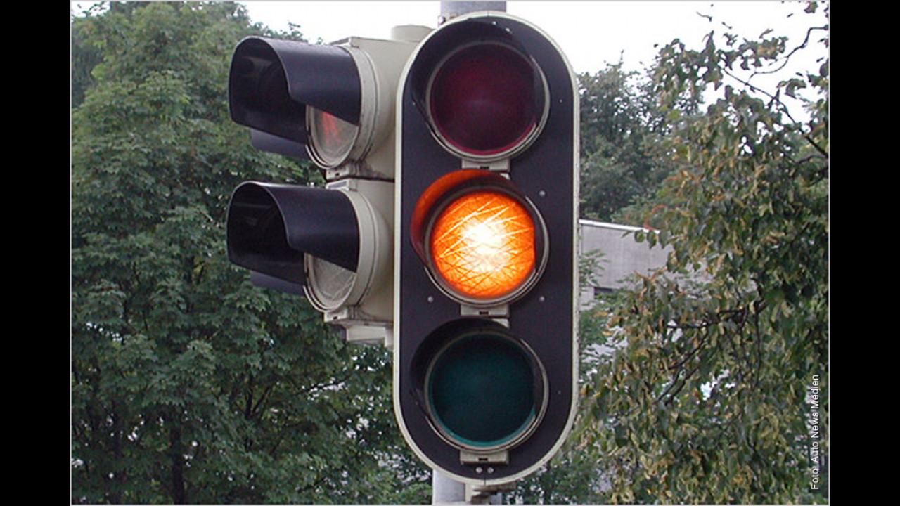 Ampel: Verhalten sich Autofahrer, die bei Gelb heftig bremsen, richtig?