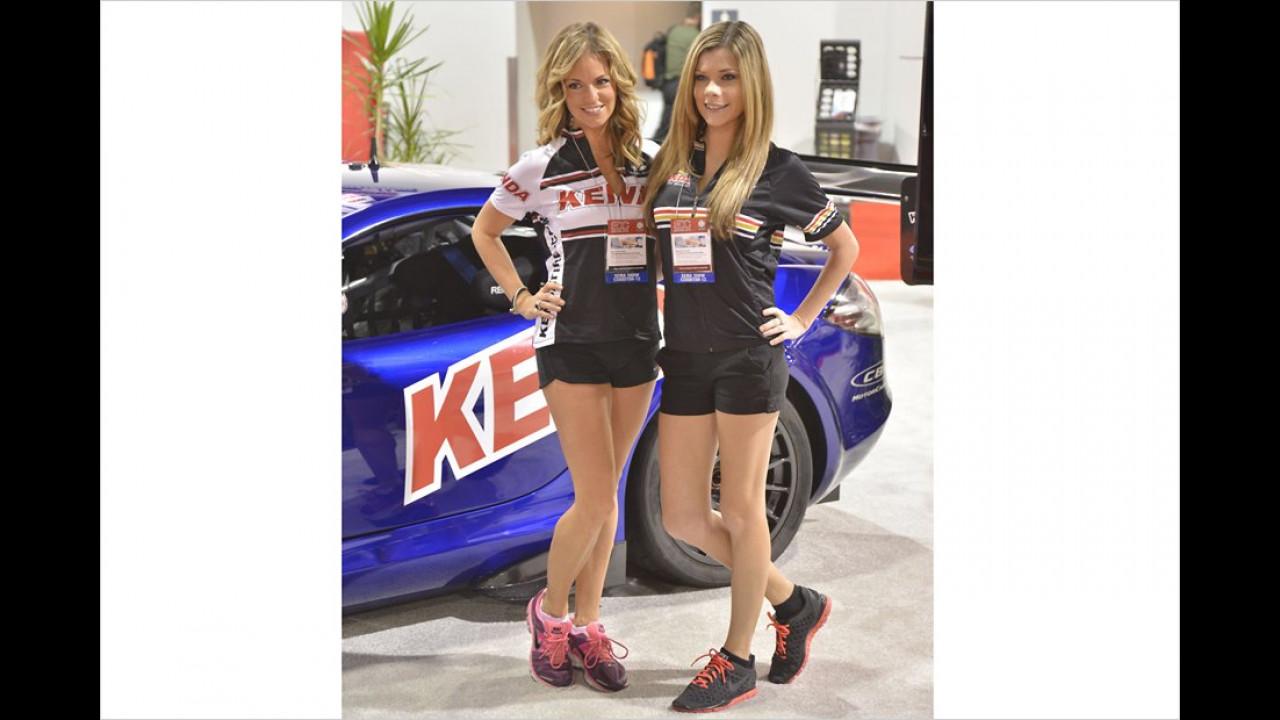 Diese Damen werben sicherlich für Sport-Wagen